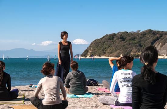 海と富士山を目の前にヨガスタート